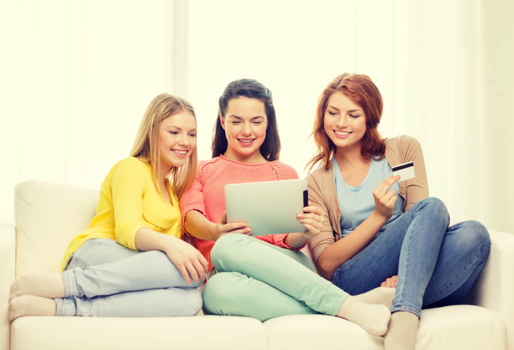 Frauen-beim-Einkaufen-auf-der-Couch